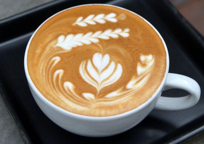 1024px-Latte_at_Doppio_Ristretto_Chiang_Mai_(cropped)