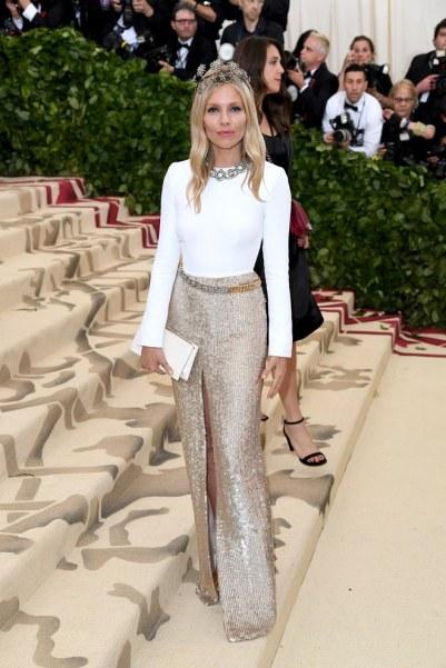 Met 2018-Sienna Miller Louis Vuitton
